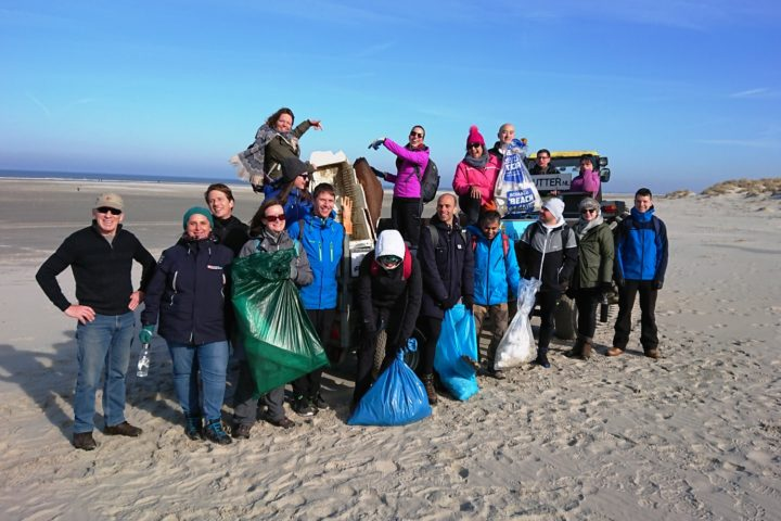 Beach clean up milieujutter
